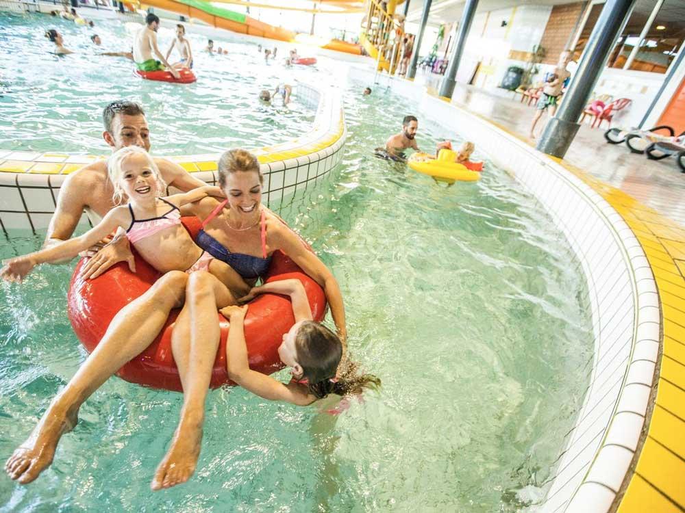 Veel zwembaden binnen en buiten op deze camping in Limburg