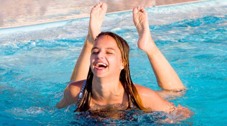 Geopende zwembaden bij vakantie-accommodaties in Nederland tijdens de coronacrisis