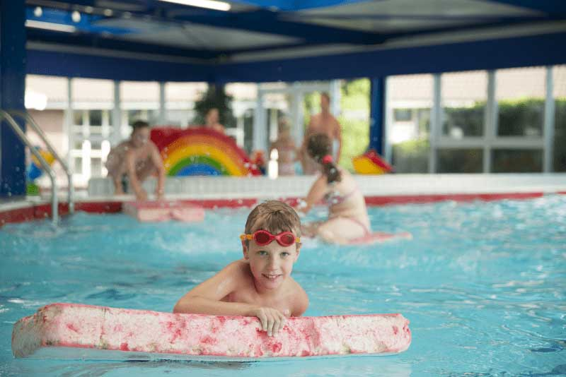 Klein overzichtelijk binnenzwembad bij dit vakantiepark in Twente/Salland