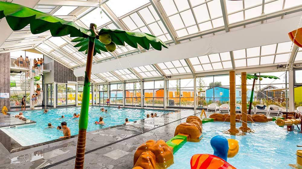 Zwembaden en strand bij Vakantiepark Eiland van Maurik in de Betuwe