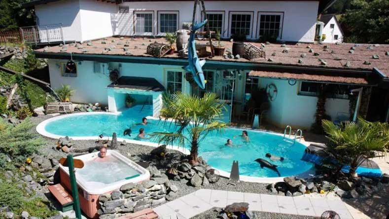 Een heel bijzonder en uniek hotel in Duitsland, met buitenzwembad