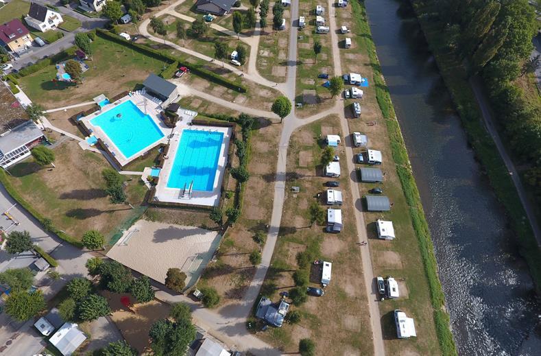 Ingerichte tenten op deze camping op de grens Duitsland-Luxemburg, met openlucht zwembad