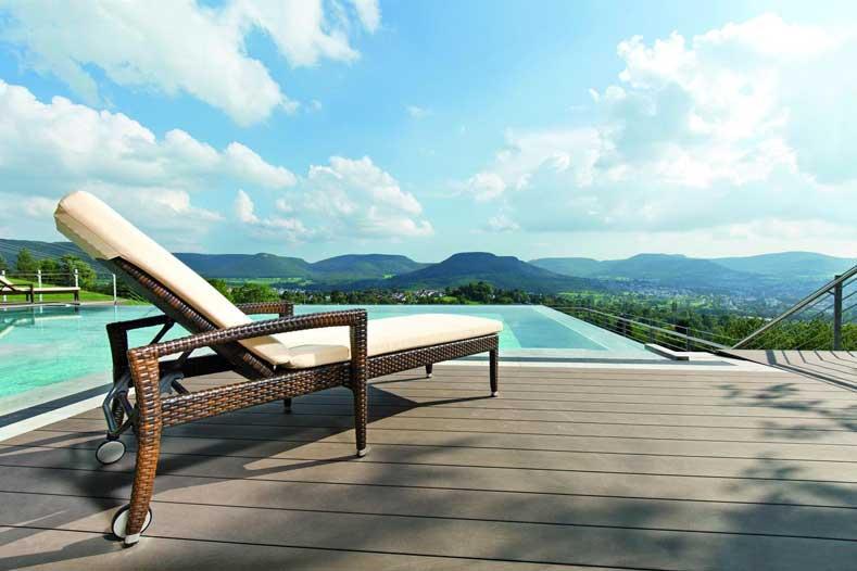 Buitenzwembad met waanzinnig uitzicht bij dit Duitse Hotel in Baden-Württemberg