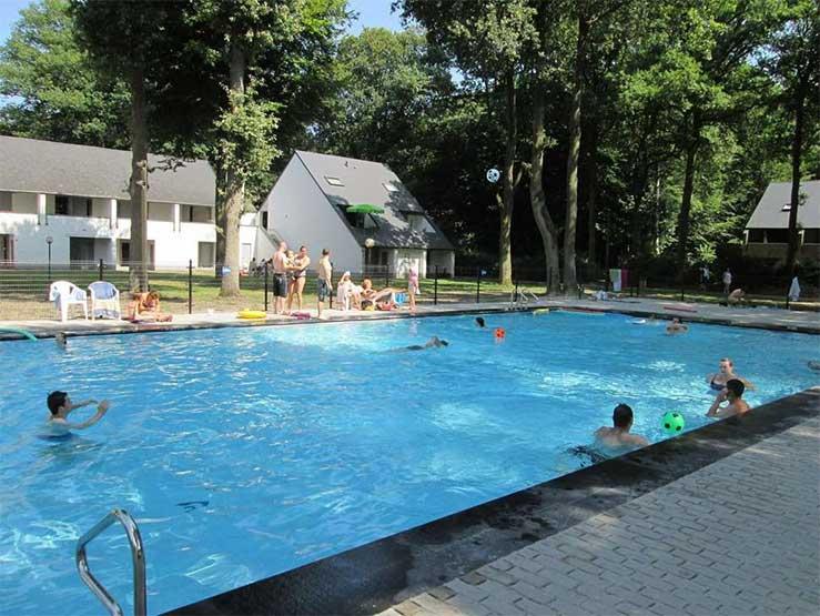 Hotels met buitenzwembad in België. Dit hotel vind je aan de grens met Nederland.