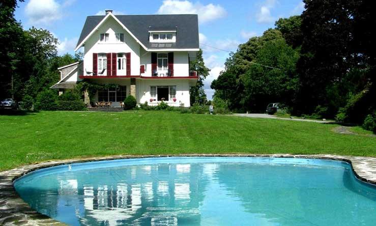 Karakteristiek hotel met mooie hotelkamers en een mooi zwembad in Spa, België