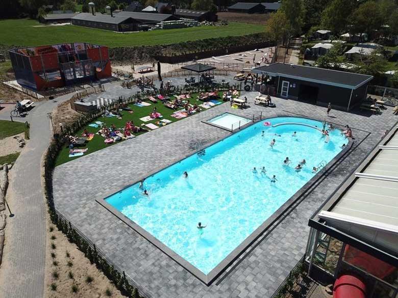 Begin april is het buitenzwembad al geopend op Camping Ackersate